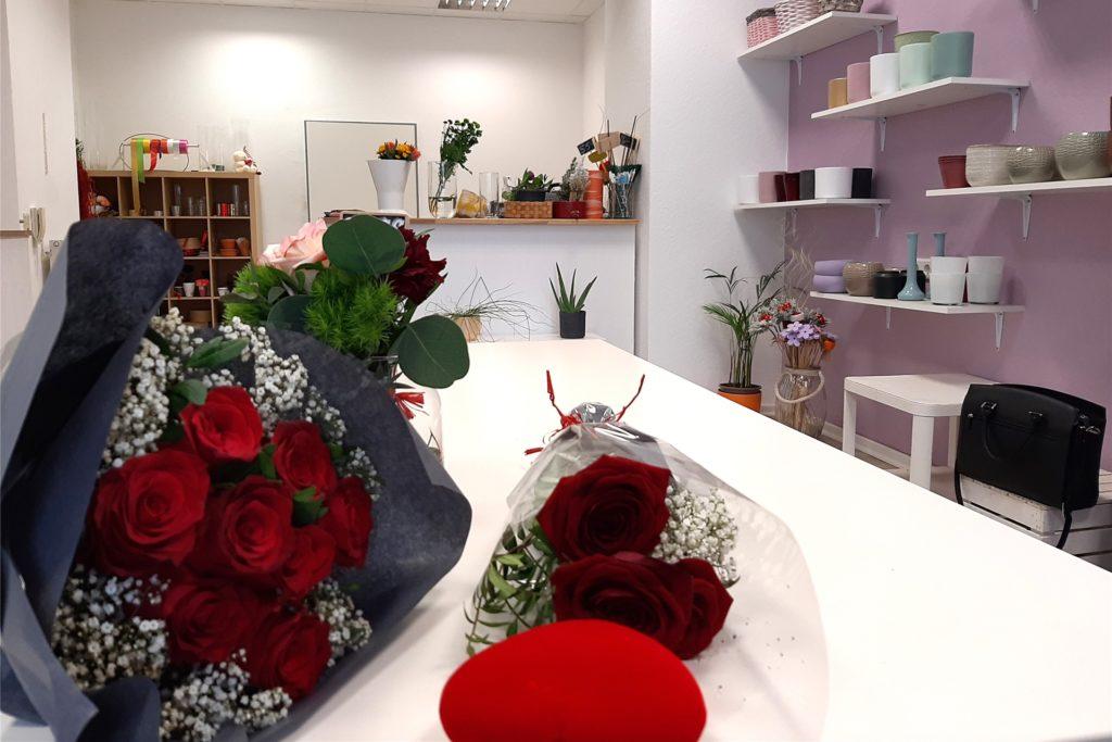 Die Tische und Regale sind vielfach leer im Geschäft: Blumen sind frische Ware, die leicht verderblich ist. Wenn niemand kommt und sie kauft, steigt der wirtschaftliche Verlust weiter.