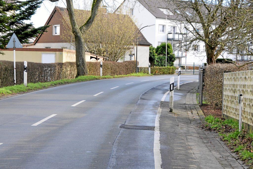 Weil es an der Kurler Straße an einigen Stellen keinen Gehweg gibt, ergibt sich für Fußgänger ein Gefahrenherd