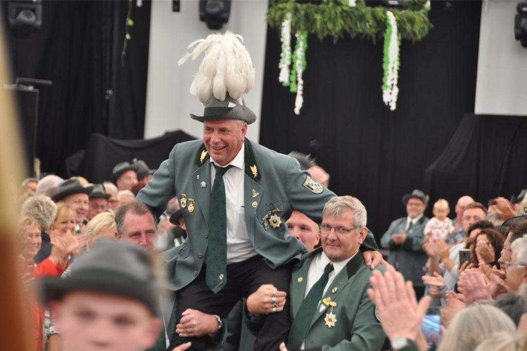 Kaiser Hubert Hennemann wird also vier Jahre den Verein repräsentieren. Das wäre die längste Amtszeit seit der Wiedergründung des Vereins 1969.