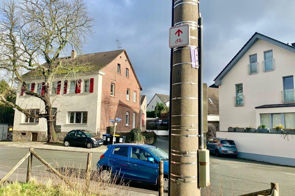 Hinweisschilder zu Radwegen sind leicht zu übersehen. Vor allem, wenn sie in luftiger Höhe hängen.
