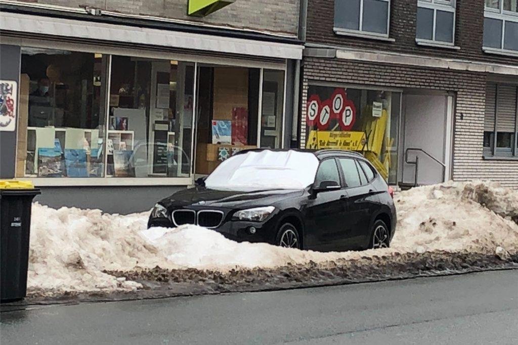 Wo Autos inmitten von aufgetürmten Schneematsch stehen, muss der Bauhof mit seinen Fahrzeugen passen. Da muss das Tauwetter dem Schnee zu Leibe rücken.