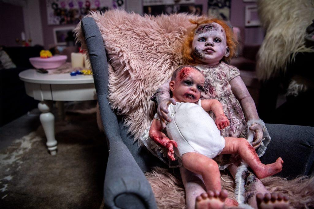 Halloween-Puppen liegen auf einem Stuhl im Wohnzimmer von Jasmin Karl.