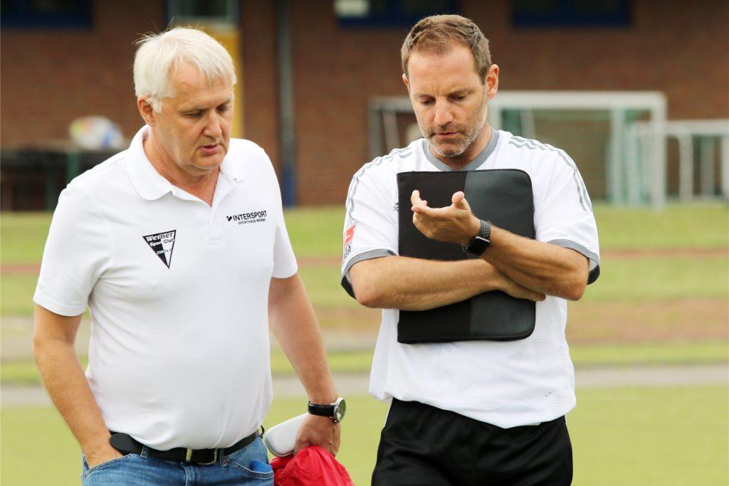 Der Fußballvorsitzende Thomas Overmann (l.) mit dem Trainer der Ersten, Lars Müller. Sein Vertrag wurde bereits verlängert.