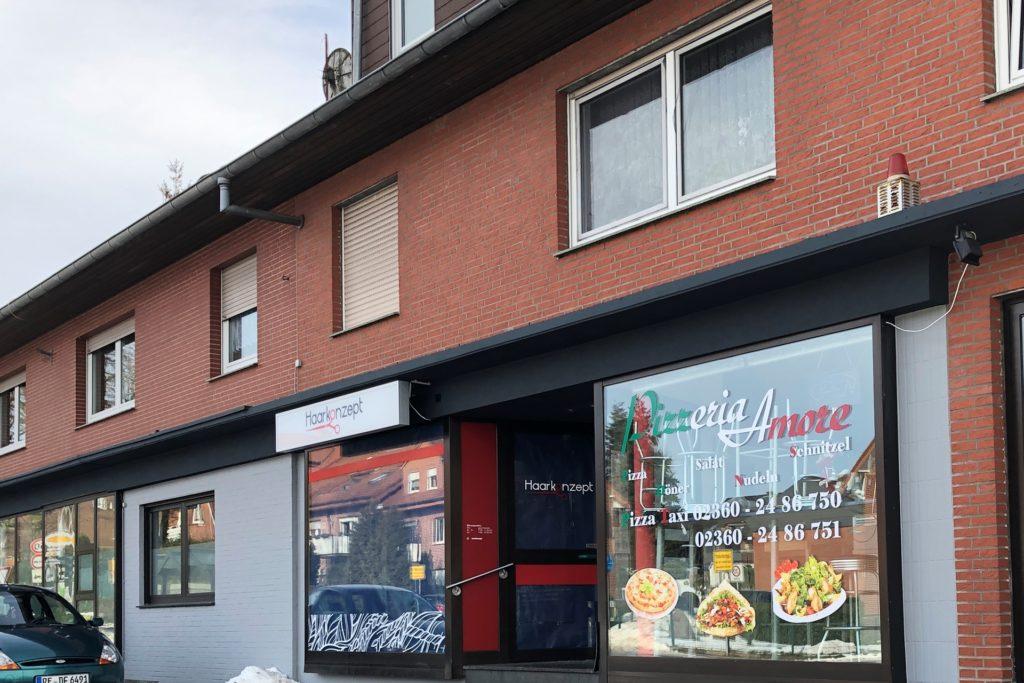 So sieht die Zukunft aus: Links die Physiotherapie- und Krankengymnastik-Praxis Redemann, rechts die Pizzeria Amore und in der Mitte statt des Friseursalons die neue Postfiliale mit Kiosk von Torsten und Nicole Barz.