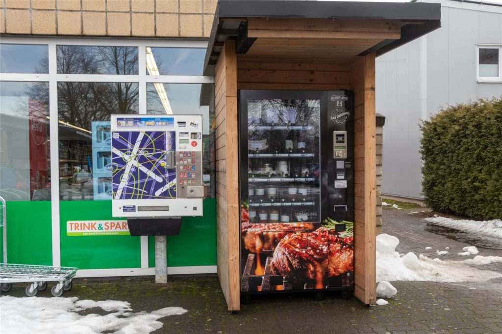 Trotz Schneegestöbers wurde der Automat pünktlich aufgefüllt. Reste des Schnees sind noch immer zu sehen.