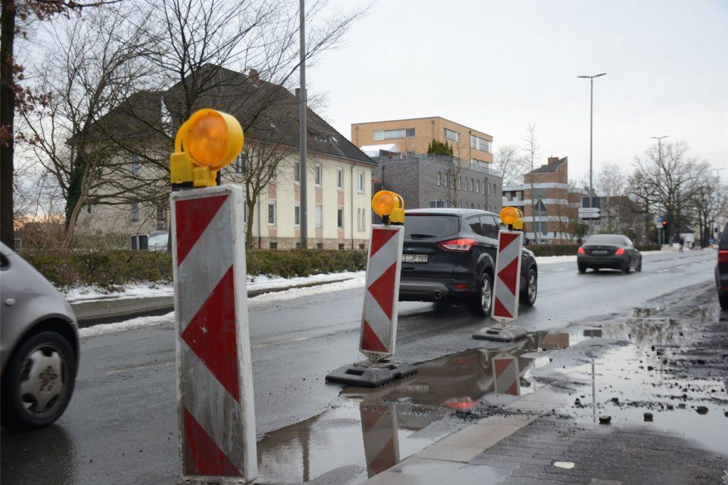 Auch an der Halterner Straße sichern Warnbaken einen großen Schlagloch-Bereich ab.