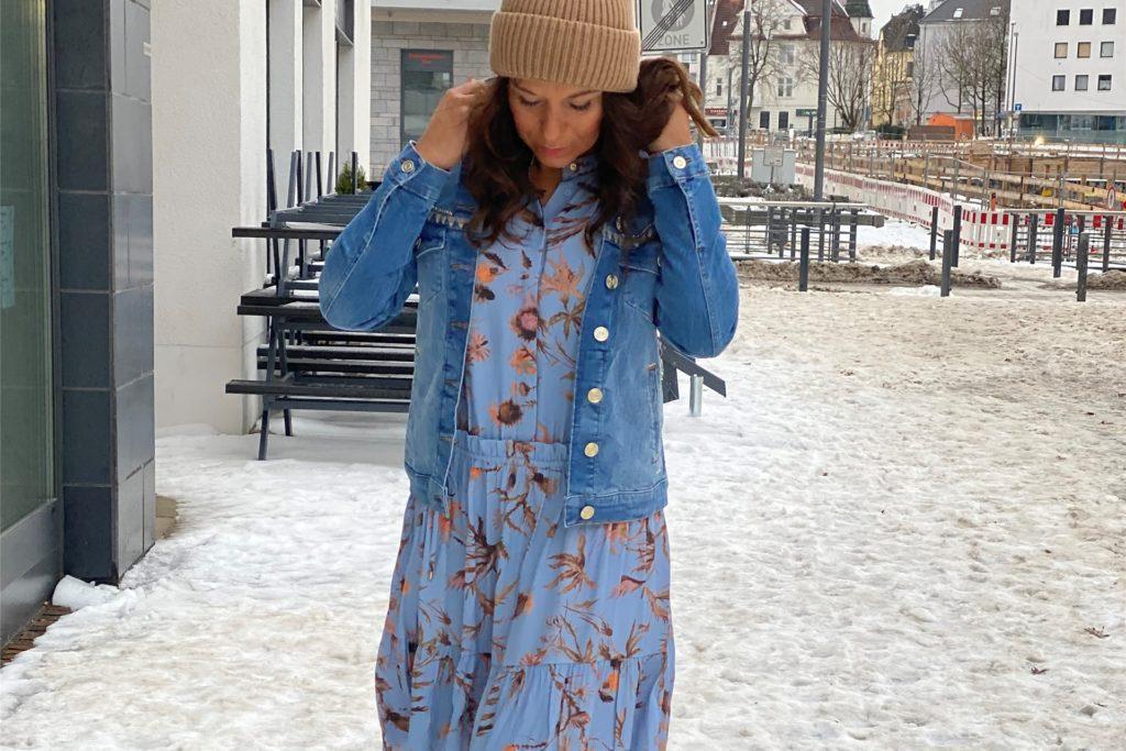 Der Wintereinbruch konnte die Fashion-Expertinnen nicht davon abhalten, die neue Ware in Szene zu setzen.