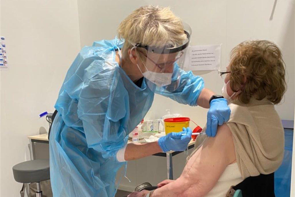 Der entscheidende Pieks in den Oberarm: Agnes Vogtt erhält die Coronaschutzimpfung.