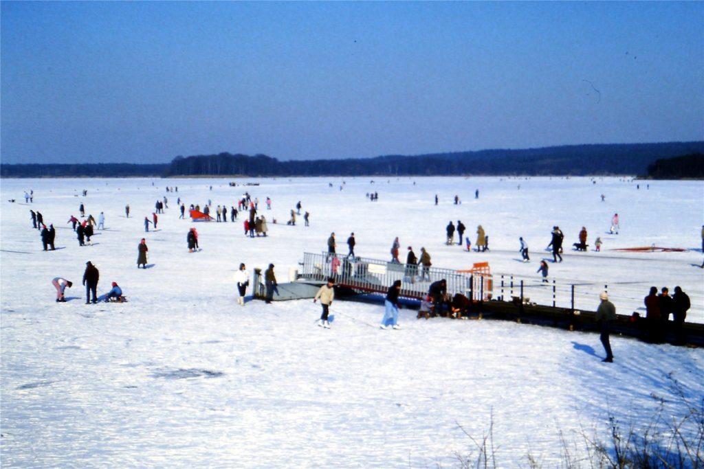 1986: Damals war der See lange zugefroren, vorher wurde die Wiese hinter dem Hallenbad geflutet. Wolfgang Rieck war mit seiner Frau und den Kindern dort.