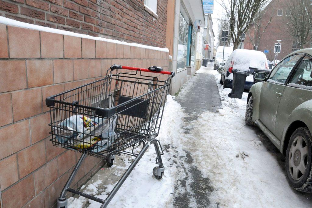 Den ohnehin schmalen Gehweg an der Eintrachtstraße blockierte tagelang ein Einkaufswagen, den irgendjemand einfach vor einem Wohnhaus stehengelassen hatte.