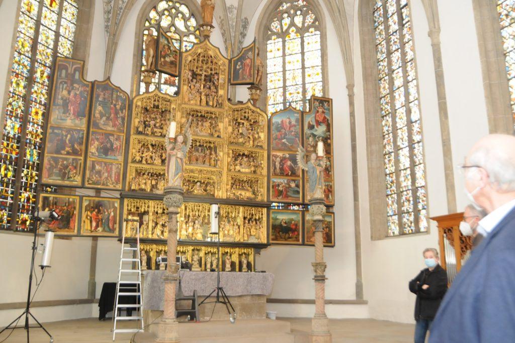 Vertreter von Förderverein und Presbyterium besprachen mit den Restauratoren die Arbeiten an dem größten Kunstwerk der Stadt, dem fast 500 Jahre alten Antwerpener Schnitzaltar in der St.-Viktor-Kirche.