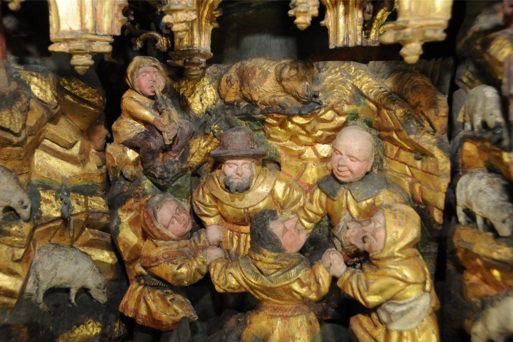 Unglaublich filigran geschnitzt und bemalt ist jede Szene des Altars, hier der Ringelreigen der Hirten bei der Geburt Jesu.