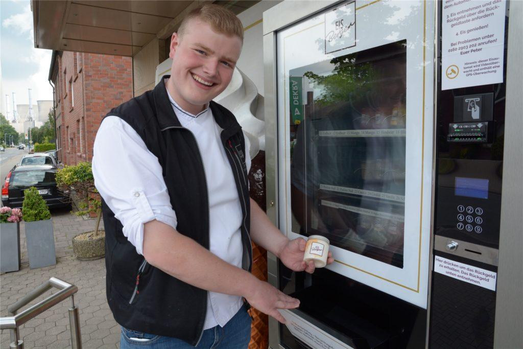 Peter Telgmann bietet sein selbst hergestelltes Eis auch im Eis-Automaten an.