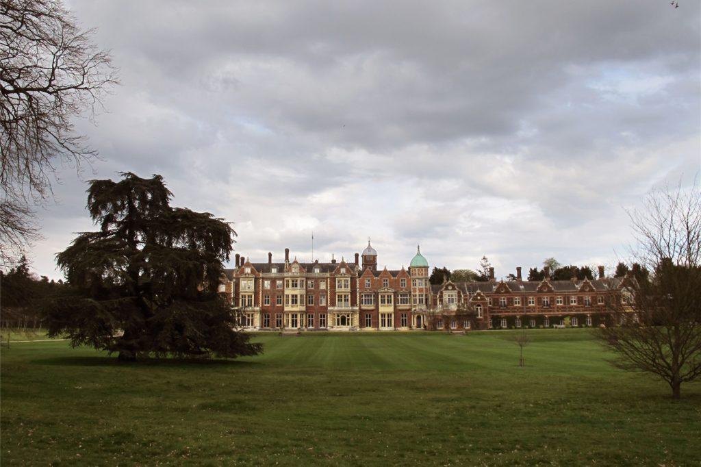 Schloss Sandringham ist der Ort, wo sich im Film das Drama um Lady Diana und Prince Charles abspielt. Das Schloss ist einer der Landsitze der englischen Königin Elisabeth II.