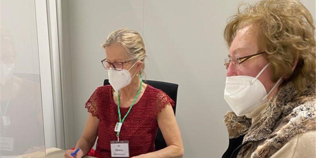 Agnes Vogtt beim Vorgespräch mit der Impfärztin im Impfzentrum in Dülmen. Auch dort können über 80-Jährige aus Stadtlohn geimpft werden.