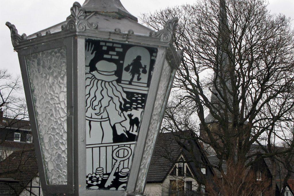 Der erste Laternenweg in NRW erzählt auf dem Schwerter Wuckenhof die Sage von der Weißen Frau.