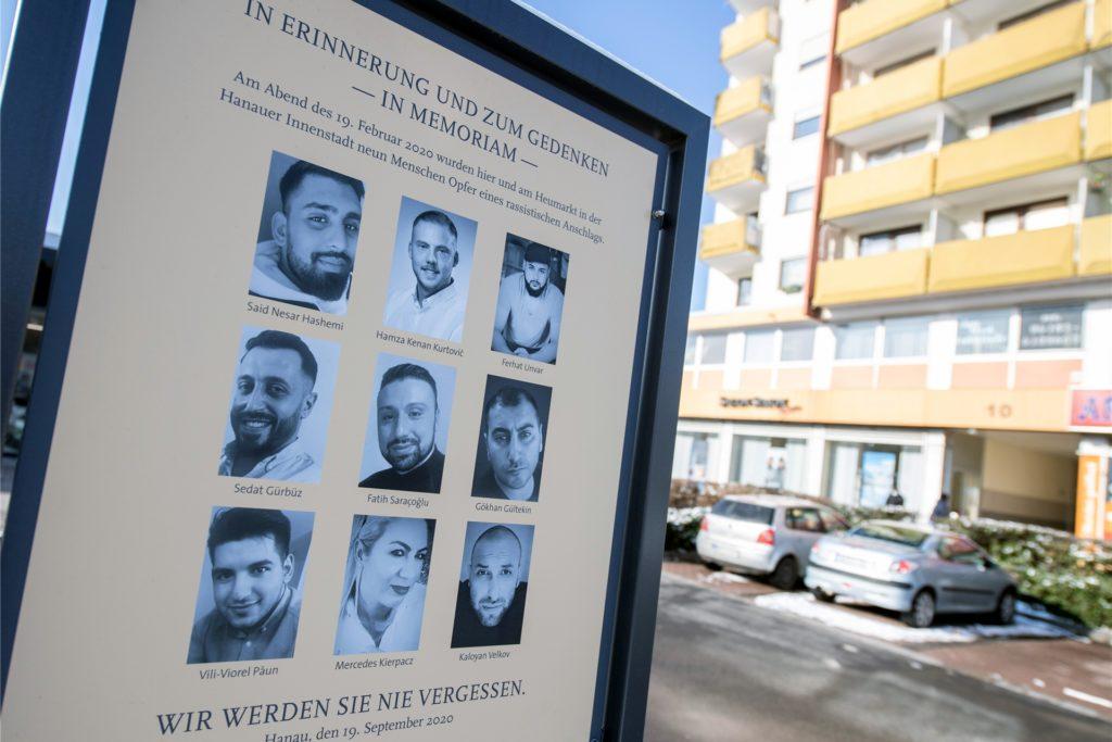 Eine offizielle Gedenktafel mit den Fotos der neun Opfer erinnert am Anschlagsort in Hanau-Kesselstadt an die Opfer der Anschläge im Jahr 2020.