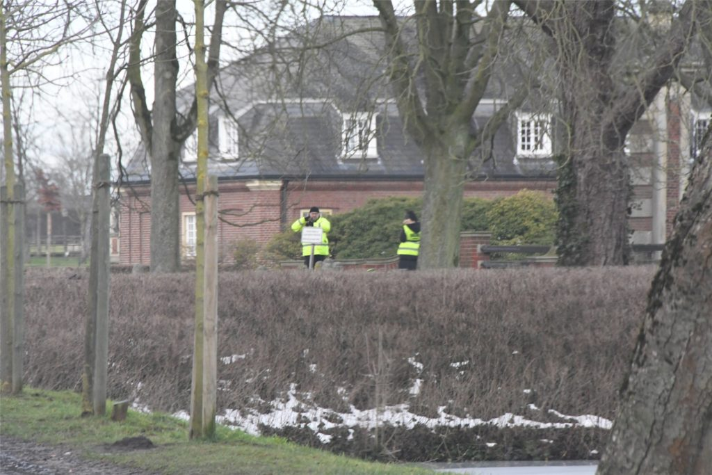 Mitarbeiter einer Sicherheitsfirma verwehren der Öffentlichkeit an allen vier Eingängen zum Schlosshof den Zutritt.