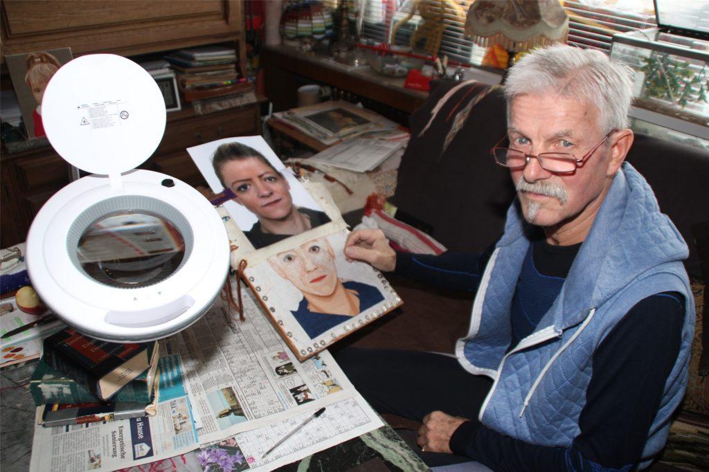 Hans-Martin Gragoll überträgt Fotos auf den Stickerei-Rahmen.
