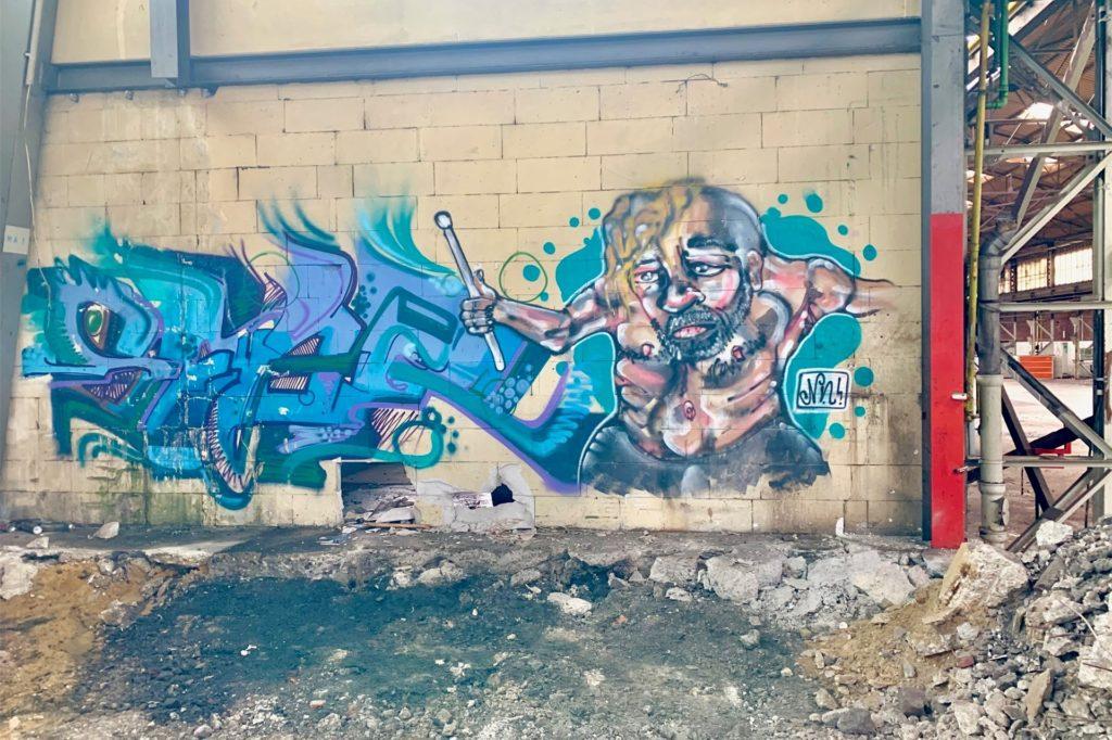 Im Inneren der alten Halle haben sich Graffitikünstler verewigt.