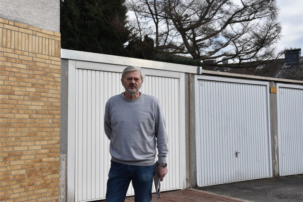 Anwohner Georg Bieniek meint, dass sich vorher niemand an den parkenden Autos gestört habe.