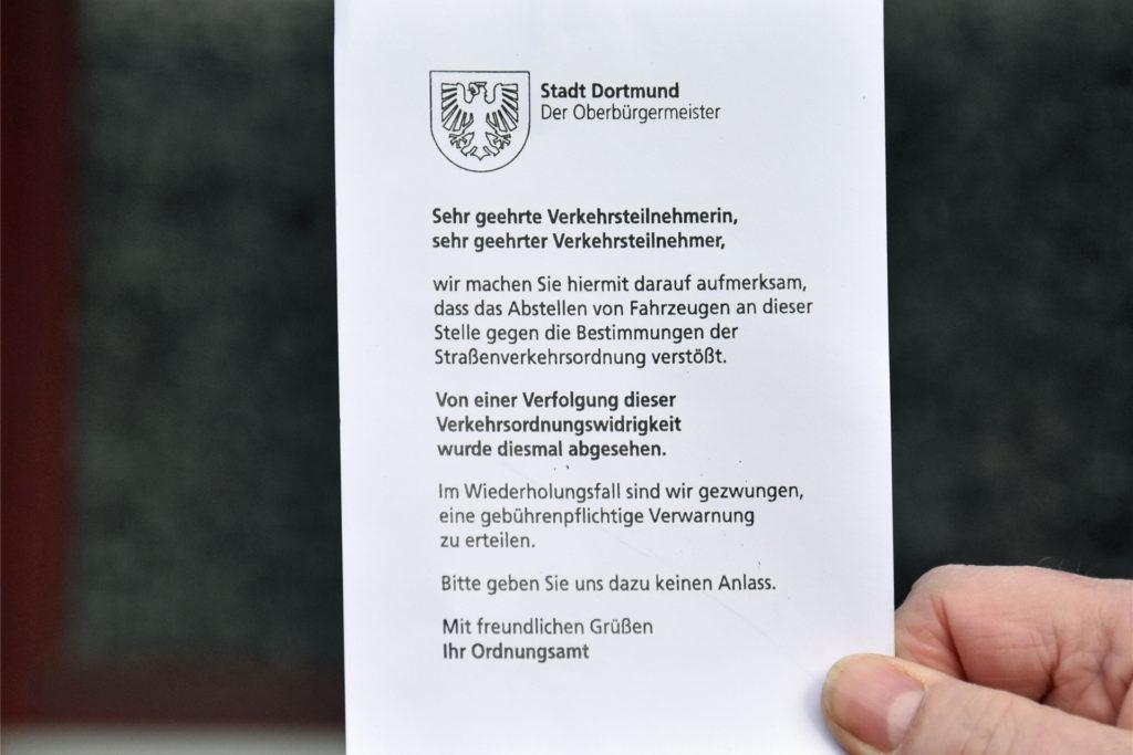 Diese Verwarnzettel verteilte die Stadt an der Handweiserstraße.