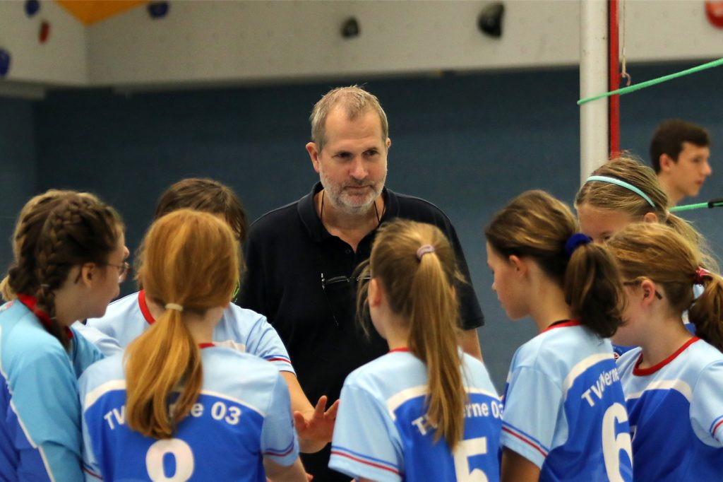 Bernd Purzner mit Mädchen des TV Werne Volleyball.