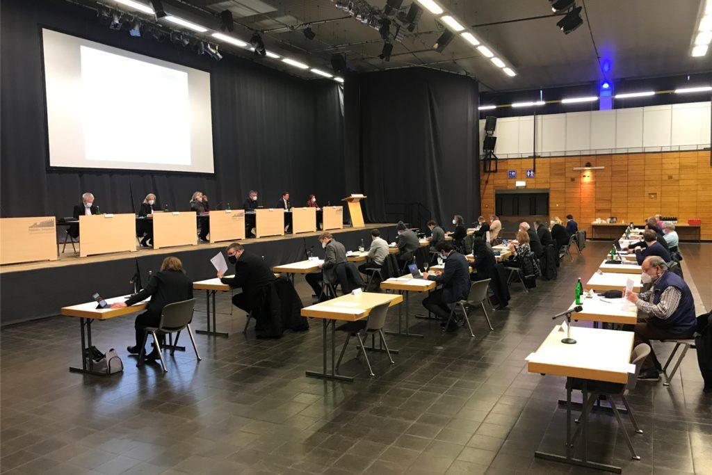 Der Stadtrat tagte am 18. Februar in halber Besetzung in der Europahalle.