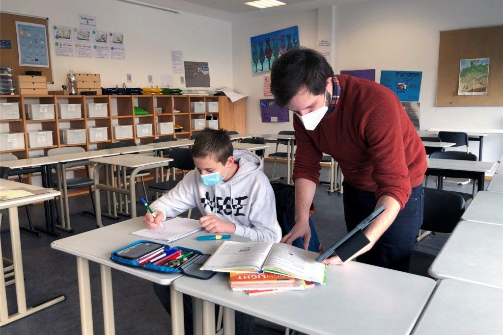 Schulsozialpädagoge Gerrit Messelink unterstützt den Achtklässler Leon Janzen bei den Deutschaufgaben.