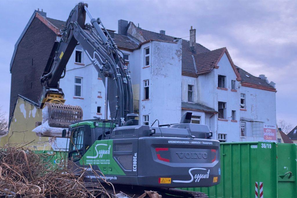Schon vor einigen Tagen hat der Abriss hinter den Fassaden der Häuser an der Hansemannstraße begonnen.