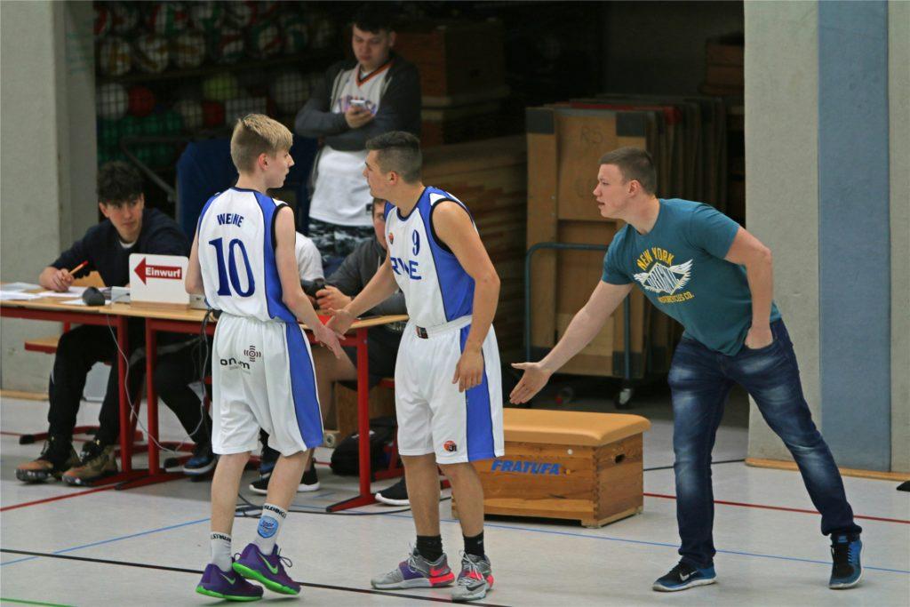 Sebastian Voigt mit jungen Basketballern der LippeBaskets Werne.