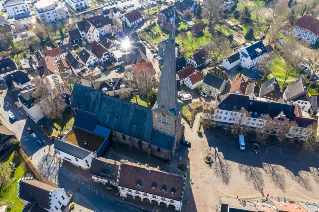 Das Dach der Viktorkirche am Markt wurde vor 100 Jahren mit englischem Schiefer gedeckt, der mittlerweile kaputt ist.