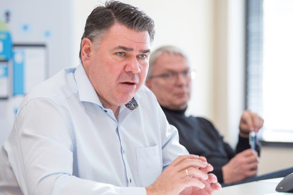 Mario Löhr (SPD), hinter ihm Volker Meier als persönlicher Referent und neuer Pressesprecher: Als Landrat setzt Löhr auch auf neues Führungspersonal, so kündigte er in seiner ersten Bilanz auch einen Wechsel an der Spitze der Wirtschaftsförderungsgesellschaft (WfG) an.