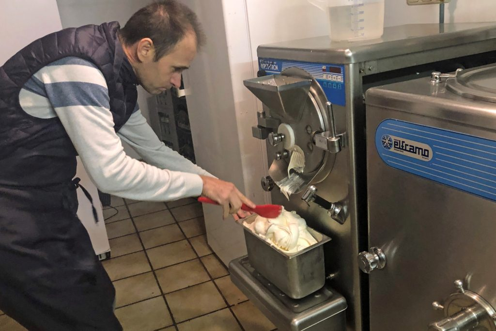 Eduardo Correr da Silva, Inhaber des Eiscafés Il Gelato an der Ickerner Straße, bei der Eisproduktion.