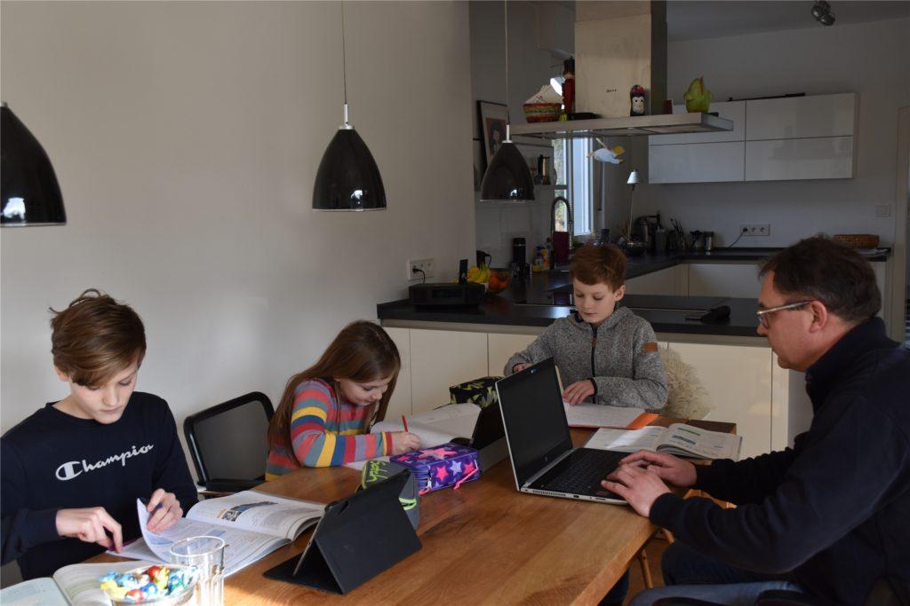 Tablets und Laptop sind bei den Wespels immer in Gebrauch: Wenn die Kinder den Laptop gerade nicht für den Unterricht brauchen, arbeitet Vater Ralph daran im Homeoffice.