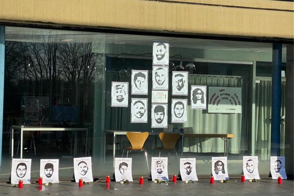 Kerzen und Poster machen auf das Attentat aufmerksam.