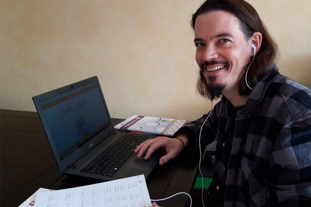 Lehrer Tim Seiler geht mittlerweile ganz entspannt mit dem digitalen Distanzunterricht um. Auch, weil die technische Ausstattung so gut ist.