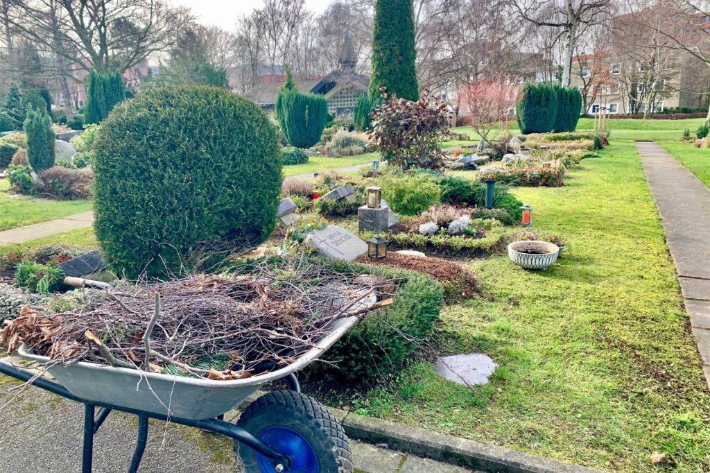 Auf dem Friedhof in Berghofen herrscht schon halbwegs wieder Ordnung.