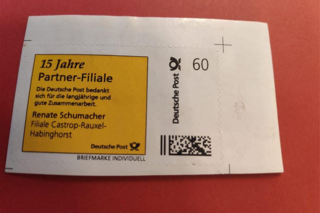 15 Jahre Partner-Filiale der Deutschen Post: Dafür gab es eine Sonderbriefmarke für Renate Schumacher.