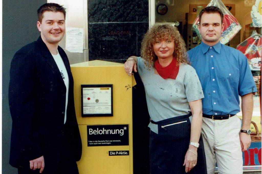 Das waren noch Zeiten: Vor 24 Jahren, im Jahre 1997, begann Renate Schumacher in der Post-Filiale an der Langen Straße. Ihre Söhne Daniel und Robin unterstützten sie bei der Selbständigkeit.