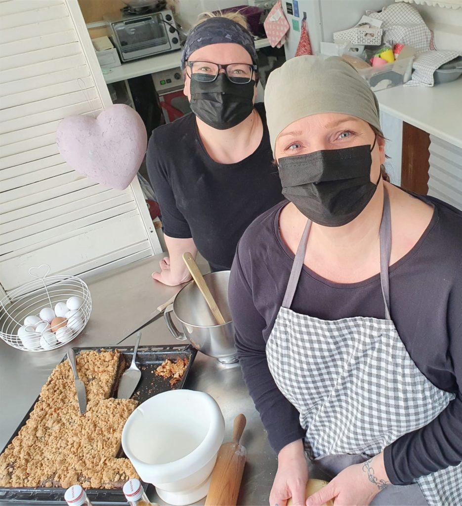 Katja Groppe und Mitarbeiterin Sarah Petermann bei der Arbeit in der Küche des Cafés.