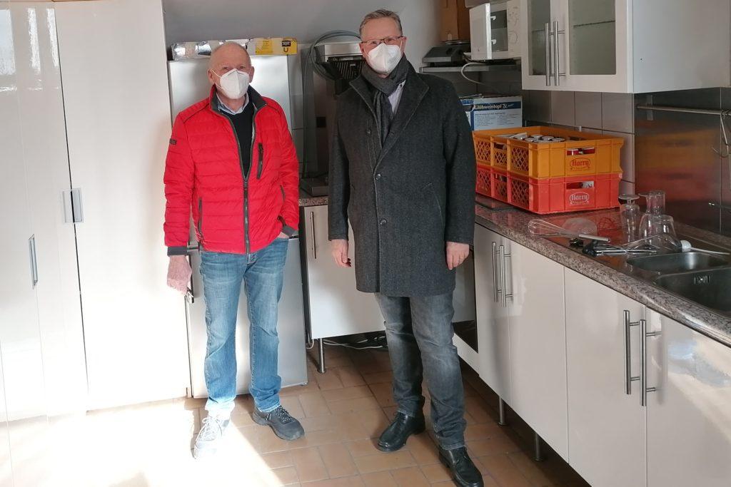 Klaus Wortmann und Dr. Dirk Bökenkamp von den TV Werne Wasserfreunden wissen: In ihrer Anlage muss etwas gemacht werden.
