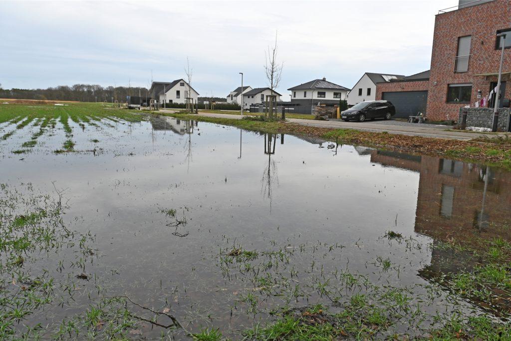 Auf dem angrenzenden Feld sammelt sich das Schmelzwasser.