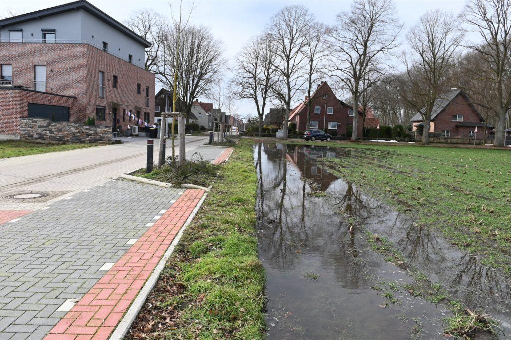 Über die Ablaufrinne nahe der Straßenmitte gelangt das Regenwasser in die Kanalisation.