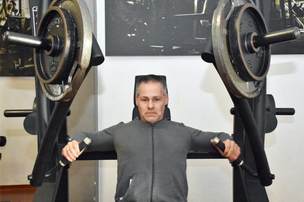 Dirk Rabe ist aktuell der Einzige, der in dem Ahauser Fitnessstudio trainieren darf.