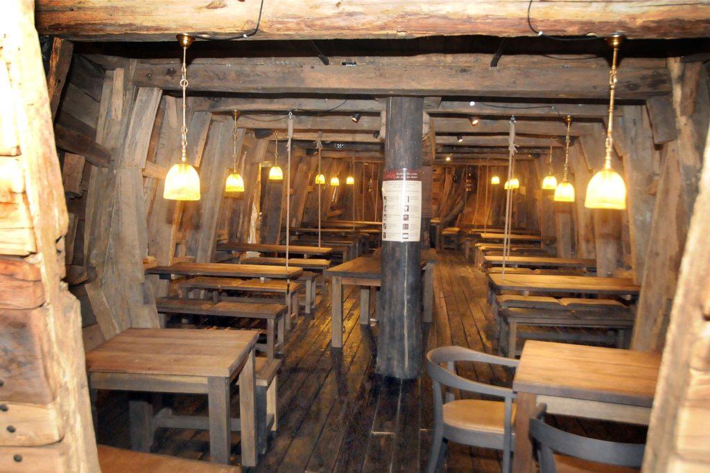 Der Corona-Lockdown erzwingt absolute Leere im Bauch des Piratenschiffs, wo sich sonst normalerweise jeden Abend die Gäste in zwei Schichten hintereinander abwechseln.