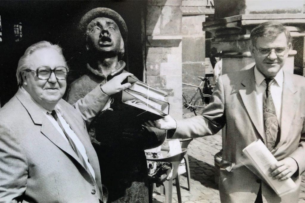 Der Ausrufer auf dem Marktplatz wurde 1986 aufgestellt. Hier zu sehen sind außerdem der ehemalige Kreistagsabgeordnete Ernst Klaes (l.) und der ehemalige Stadtsparkassendirektor Gerd-Ludwig Dresen.