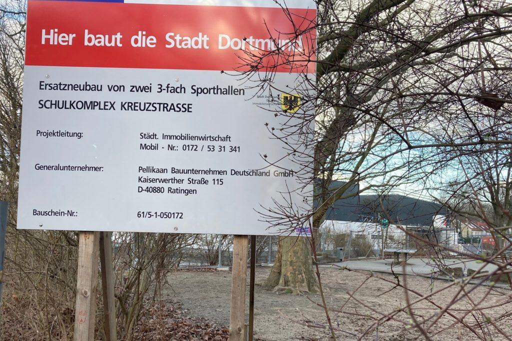 Schon in Bau sind die Ersatzbauten für die Sporthallen an der Kreuzstraße, deren Architektur auf wenig Begeisterung stößt.