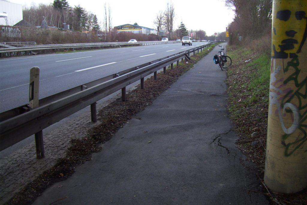 Die Aufwellungen unter der Brücke (Hacheneyer Straße) weisen laut dem ADFC auf mangelnde Pflege beim Grünschnitt hin - und verengen zusätzlich die Fahrbahn.