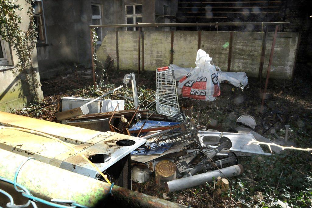 Müllberge haben ungebetene Gäste in den Hinterhöfen der heruntergekommenen Häuserzeile am Senningsweg hinterlassen. Irgendjemand hat auch einen Kaufland-Einkaufswagen hierhin entführt.